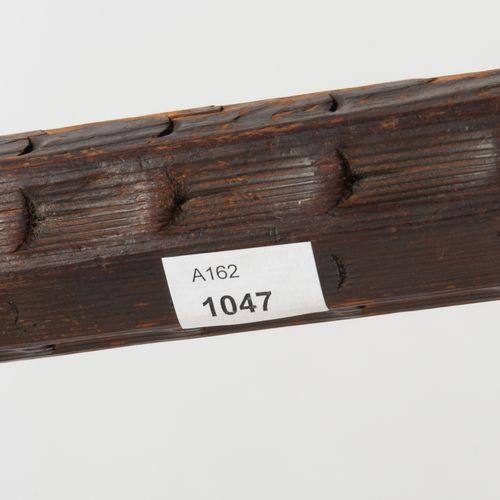 "Spetum 斯贝特姆  瑞士/德国,约1500年。63厘米长的方尖,底部有两个撕裂的钩子。一侧有一个心形的锻造标记 ""两个球交叉""。八角形的壶嘴,精心雕刻的八…"