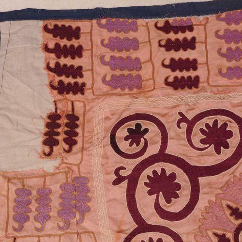 Suzani Suzani  Uzbekistán, c. 1930. Costura en 3 paneles. Los eficaces medallone…