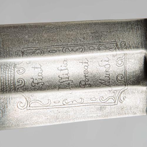 Richtschwert 剑  德国,17世纪的风格。 十字形刀柄,梨形刀柄和带终端旋钮的刀柄。 有凹槽和格子的刀柄,刀柄生锈了。宽大的刀刃上有满分和一个锻造标…