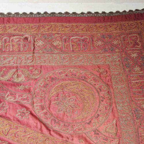 Osmanisches Tuch 奥特曼布  土耳其,约1900年。 在丝绸布的红色领域中,用阿拉伯字符装饰的黄色边框形成了一个华丽的钻石奖章,里面覆盖着奥斯曼…