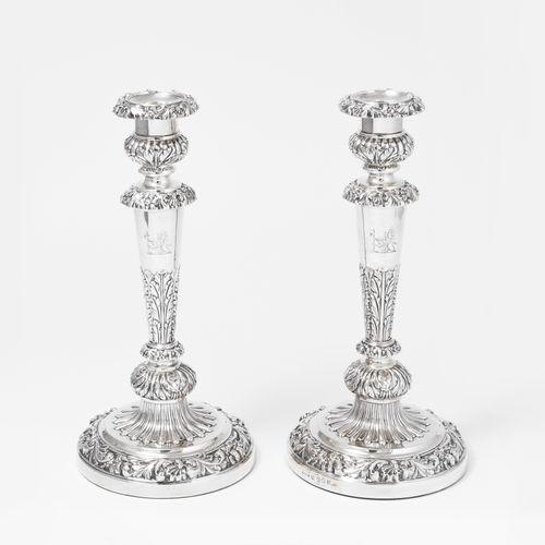 1 Paar Kerzenstöcke 1对烛台  谢菲尔德,1821年。银质,有重量。主人的标记是托马斯和约翰 塞特尔。拱形的圆形底座,上面是带有中央出水口的…