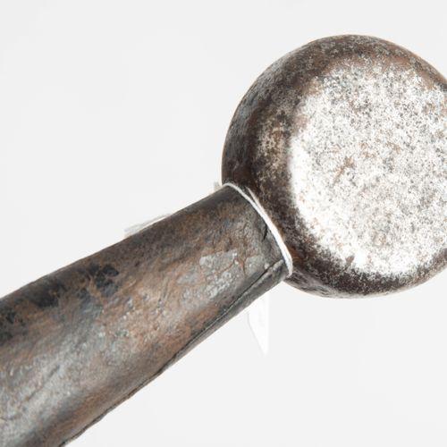 Schwert 剑  欧洲,14世纪的风格。 铁质十字柄,一侧刻有圆盘鞍座,直柄,近代则为皮柄。双刃刀,两面都是满的,有一个圆形的刀尖,在刀尖上有难以辨认的圆形…