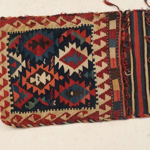 Shahsavan Tasche 沙赫萨万包  波斯西北部,约1910年,平织品。午夜蓝色的正方形主场上布满了各种颜色交替的阶梯状钻石,两边是红白相间的跑狗边。…