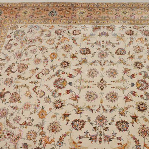 TÄBRIS Tabriz  Z Persia, c. 1990. Trabajo floral decorativo de gran densidad. El…