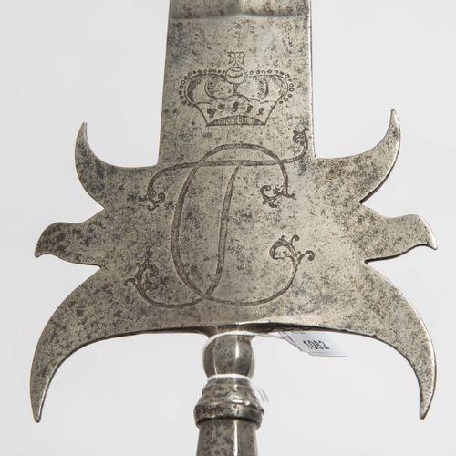 Sponton 斯邦顿  选帝侯国/巴伐利亚,18世纪最后四分之一。 军官的武器。尖头,中央有平坦的毛刺,肩部光滑,每侧有三个钩子。两面都刻有选帝侯帽子下的首字…