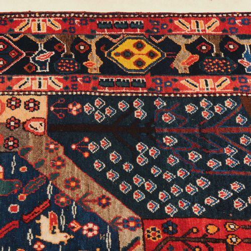 Hinegun Hinegun  Z Persia, c. 1930. Design très inhabituel. Un octogone bleu fon…