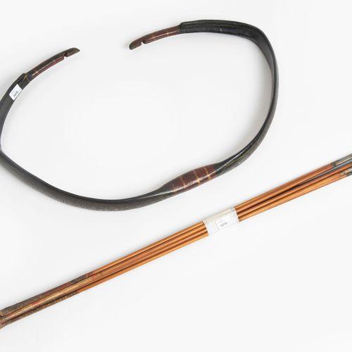 Reflexbogen, Kaman 反射式弓,卡曼  印度,18/19世纪。 复合弓在放松的状态下,有红漆的握把和弓弦区,以及黑漆的四肢,有彩绘的花卉图案;弦…