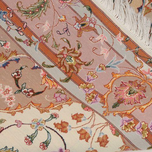 TÄBRIS 大不里士  西北波斯,约1990年。 一个时尚的银色柠檬奖章安放在米色的场地上,内部装饰着一朵星形的花朵,两侧是优雅的装饰性叶藤、花朵和树枝,另外…