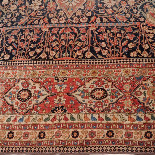 Kashan Mohtasham 卡山 莫赫塔沙姆  Z波斯,约1900年 优雅和非常精细的编织地毯。午夜蓝色的中央场地上装饰着一个粉红色的中央奖章,上面开满了…