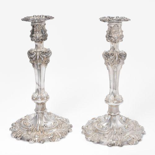 1 Paar Kerzenstöcke 1对烛台  巴黎,19世纪中期,银质硕士标记雅克 奥古斯丁 甘达斯。一个模制的底,上面是一个带有中间节点和水口的轴。丰富…