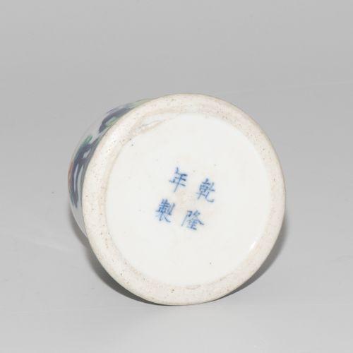 Pinselwascher 刷子垫圈  中国,20世纪,斗彩瓷器。乾隆款。园林景观中的学者在下象棋。高5厘米。 损坏的。