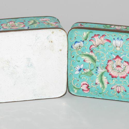 Deckeldose 有盖的盒子  中国,19世纪,广州珐琅。绿松石地面上的多色花饰,内部为草绿色珐琅。11x8x6厘米。 缺少保存。