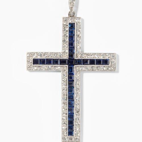 Saphir Diamant Kreuzanhänger 蓝宝石钻石十字架吊坠  950铂金。28颗蓝宝石,每颗约2.5毫米,以及大量的钻石。长6厘米,重10.…