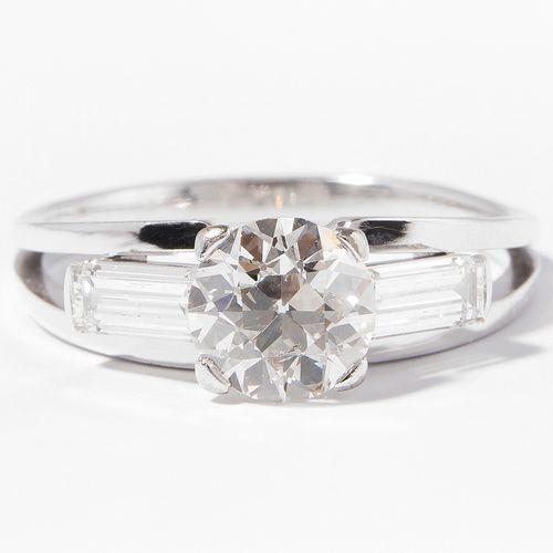 DIAMANT RING 钻石戒指  750白金。老式切割钻石约1.30克拉,I/J Si/P1,两边是约0.50克拉的长方形钻石。尺寸57,4.4g。