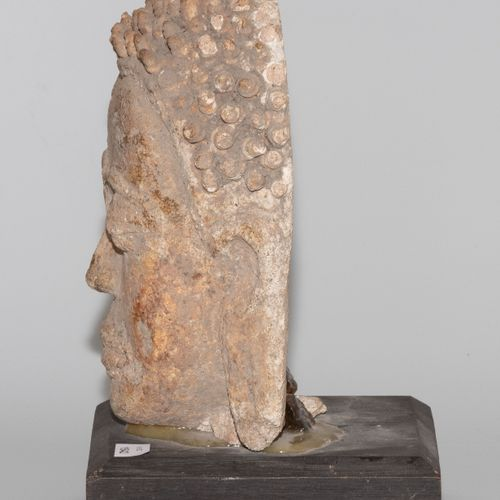 Buddhakopf Relief 佛头浮雕  泰国。在Dvaravati(6 11世纪)的风格中。陶器。有突出的眼睛和旋钮般的卷发。高21厘米。安装在一个木质…