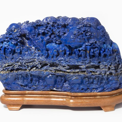 Lapis Berg 青石山  中国,20世纪,青金石。有松树的详细山景,其中有各种阿罗汉和动物。高22厘米,约15.4公斤。有木质底座。