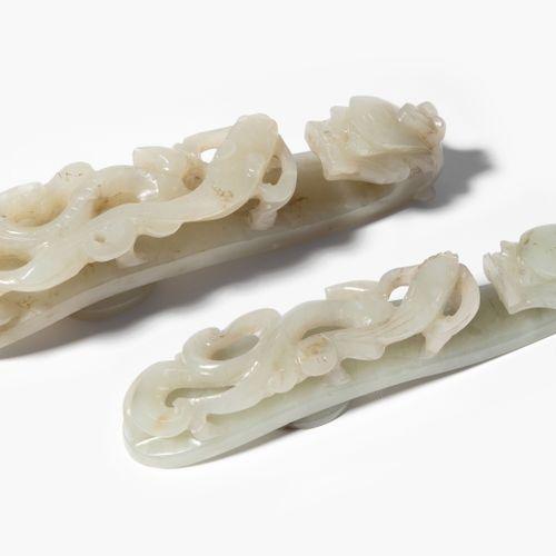Lot: 2 Gürtelhacken 批量:2个皮带钩  中国,20世纪。 塞勒顿彩色玉石。龙头朝向镂空的赤龙。长10厘米。