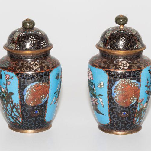 Lot: 1 Paar Vasen und 1 Paar Deckelvasen Lot : 1 paire de vases et 1 paire de va…