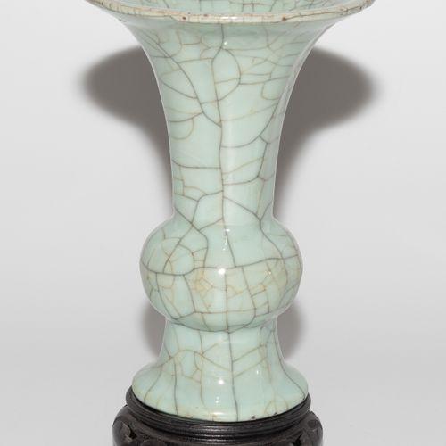 Ku Vase 顾氏花瓶  中国,18/19世纪,古器物风格。裂纹青瓷釉。高20厘米。有木质底座。 损坏的轮辋。