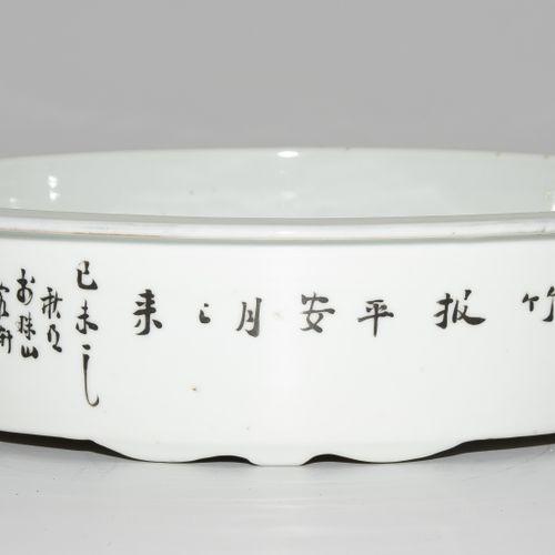 Wassergefäss 水容器  中国,20世纪上半叶,瓷器。签名:丁义兴zao。圆形,有四个小把手,镀金。多色花/鸟装饰。高6,5,长27厘米。