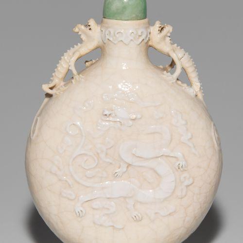 Snuff Bottle 鼻烟壶  中国,19世纪。 裂纹,奶油色的瓷器。有乾隆压印的印章。凸起的龙形装饰。颈部两侧有两条雕刻的龙。配有玉石塞子。高8.5厘米。…