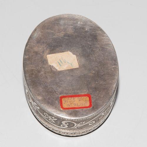 Kleine Silberdose mit Miniatur 小银盒与微型  印度,19/20世纪,银质象牙色的颜色。盒子上有浮雕的花卉和装饰图案。描绘了一个左…