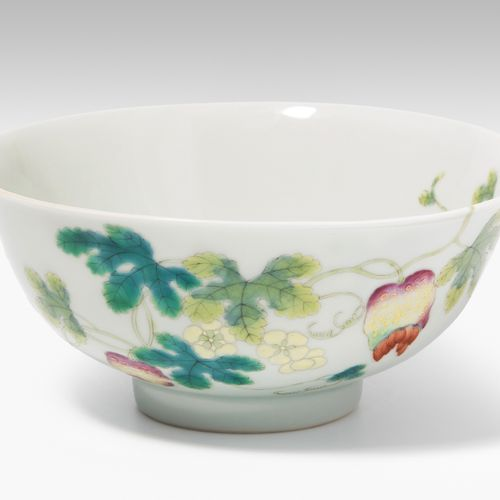 BOL Bol  Chine, 20ème siècle Porcelaine. Avec marque Yongzheng rouge fer. Plante…