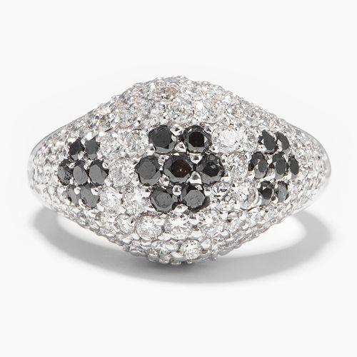 BRILLANT RING 辉煌的戒指  750白金。穹顶形状,黑色和白色明亮型密镶约3克拉。尺寸55,10.1克。