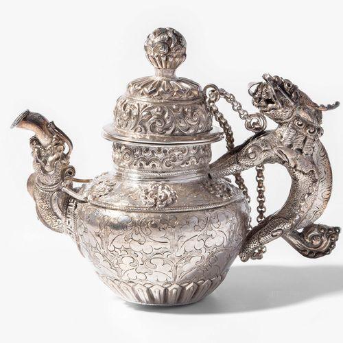 Kanne Pot  Le Tibet. Argent. Corps de la cuve et couvercle avec motifs floraux, …