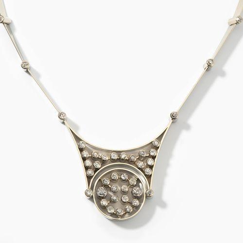 *Diamant Collier 钻石项链  20世纪中期,750白金。镶有53颗老式切割钻石的几何设计,约3克拉。长约40厘米,重86.4克。