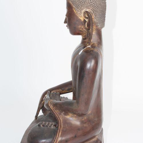 Grosser Buddha 大佛  缅甸,19世纪。 木质,深色漆面,有镀金的痕迹。可移除的火焰。高128厘米。