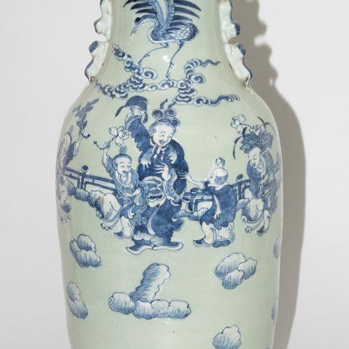 Bodenvase 落地花瓶  中国,20世纪初。 瓷器。肩部有浮雕的赤龙把手。釉下青花图案装饰。高61厘米。 损失最小。