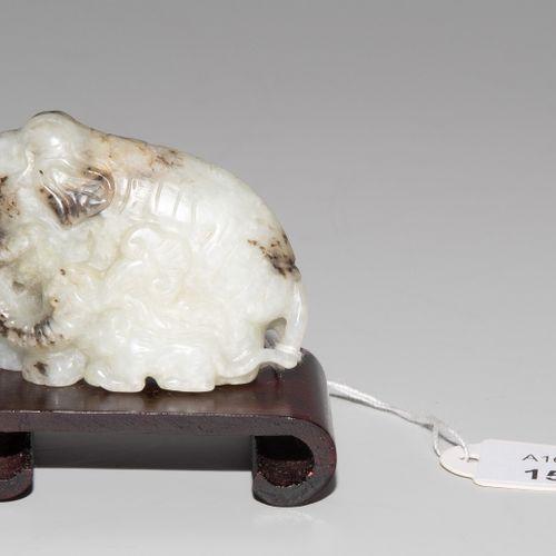 Anhänger 垂饰  中国,20世纪。 青花瓷色的玉石,有暗色的内含物。大象与老虎。高3,5厘米。有底座。