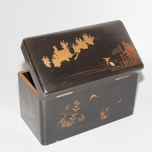 Lackschatulle mit 2 Teedosen 漆盒内有2个茶杯。  日本,20世纪上半叶。 漆器与金饰。高大的矩形体。铰链盖上有一个狐狸婚礼的描述,…