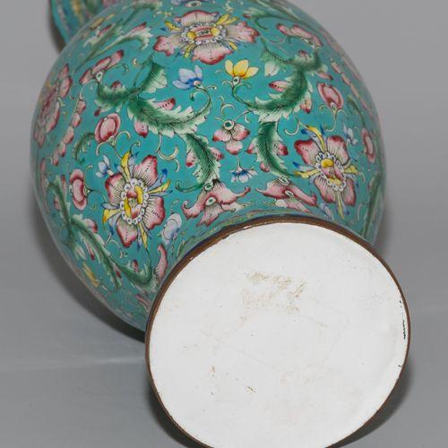 Vase 花瓶  中国,19世纪,广州珐琅。绿松石地面上的多色花和藤蔓装饰。里面是浅绿色。高31厘米。