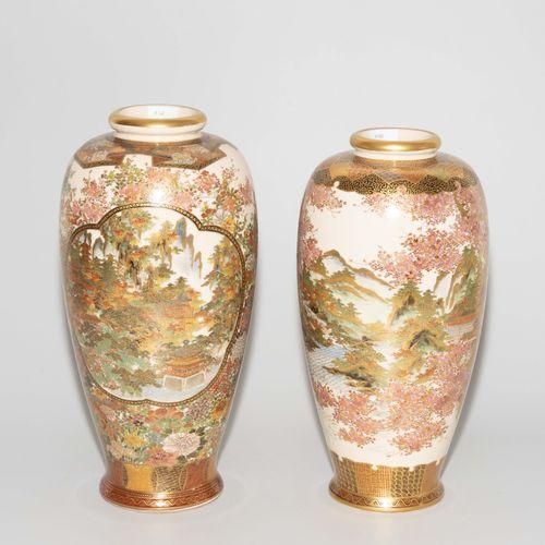 Lot: 2 Vasen 拍品:2个花瓶  日本,1900年后,京都萨摩陶器。签署了越田。一个花瓶上有寺庙景观和花/鸟装饰的刻痕。另一个是有樱花树的寺庙景观。丰…