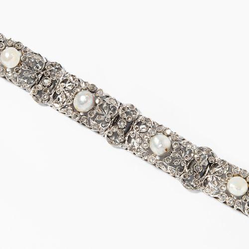 Perlen Brillant Bracelet 珍珠和钻石手镯  750黄金,镀铑。6颗可能是天然珍珠,直径7 8.2毫米,有许多小钻石玫瑰。长19厘米,宽1…
