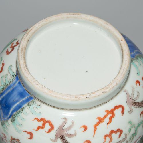Topf Pot  Chine, 20ème siècle Porcelaine. Forme ventrue sur un anneau de support…