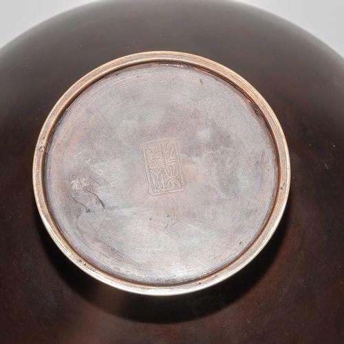 Kugelvase 球形花瓶  日本,昭和时期。青铜器。签名。挤压的球形,有一个狭窄的嘴。墙上装饰着红色的枫叶。高18厘米。