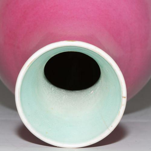 Vase Vase  Chine, 19ème siècle. Porcelaine. Marque du sceau Qianlong à six carac…