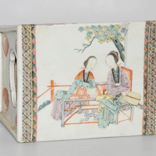 Opiumkissen 鸦片坐垫  中国,约1900年,瓷器。梯形器身,多彩绘有人物场景和蝙蝠。一面是母亲和孩子手捧鲜花。22x15x18厘米。