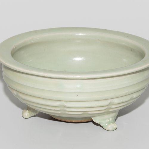 Räuchergefäss 香炉  中国,20世纪,龙泉式。瓷器,青花瓷釉面。压制在3条腿上的圆型,浮雕的八卦图。高8,长15厘米。
