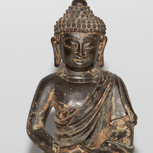 Figur 图  中国,明朝。青铜,有镀金的残留物。坐在莲花座上的阿弥陀佛。高24厘米。