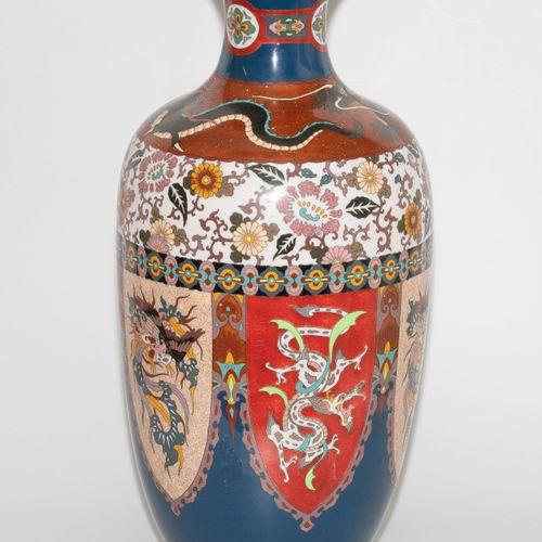 Grosse Vase 大花瓶  日本。搪瓷景泰蓝。盾形储备中的凤凰和龙。门楣上的花卉装饰。高61厘米。 损坏的。