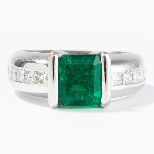 SMARAGD DIAMANT RING Bague en diamant émeraude  Or blanc 750. Émeraude en taille…