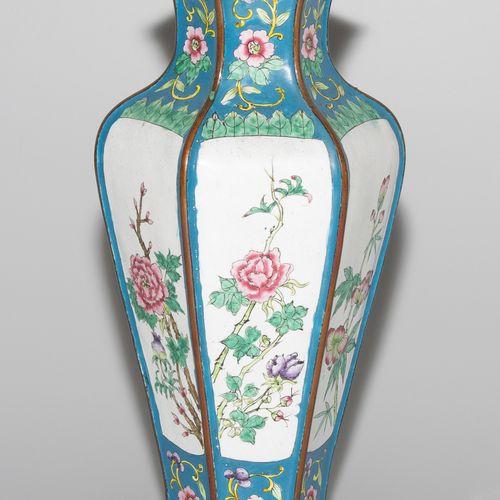 Vase Vase  Chine, XIXe siècle. Émail de Canton. Forme hexagonale. Décoration flo…