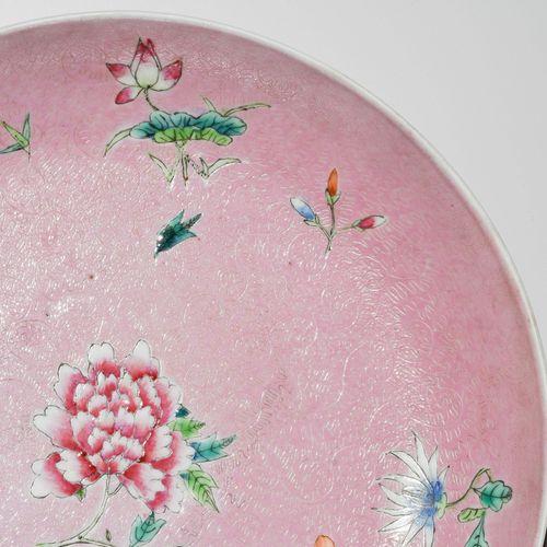 1 Paar Teller 1对盘子  中国,19世纪,瓷器。有铁红六字嘉庆印记。粉红色背景上的粉彩花卉装饰,上面有石膏线装饰的叶子藤蔓。高4,5,深24厘米。