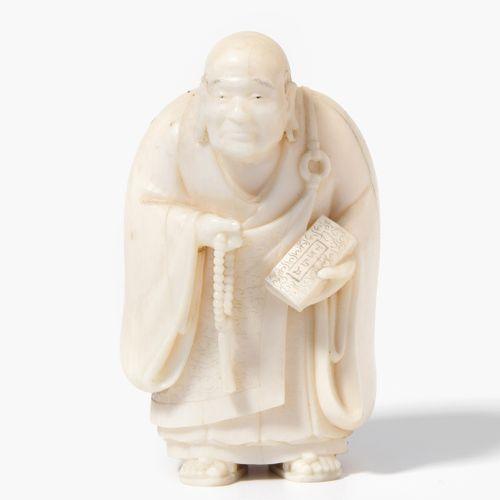 NETSUKE Netsuke  Japon, 20e siècle. Ivoire. Signé. Abbé bouddhiste avec une chaî…