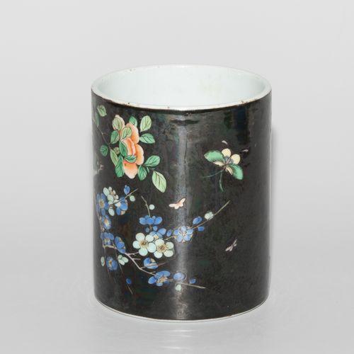 Pinselbehälter 刷子容器  中国,清朝。瓷器。黑色家族颜色的花卉和鸟类装饰。高12,长9.5厘米。