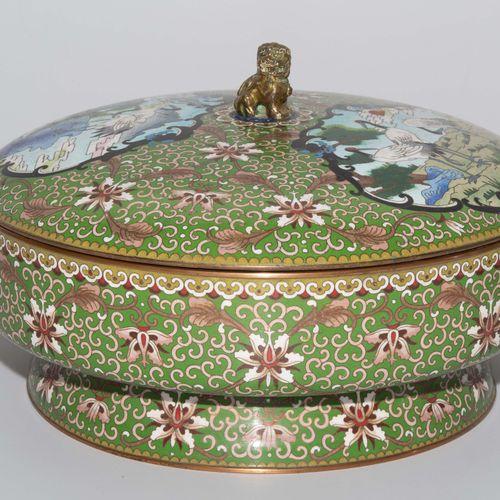 Grosse Deckeldose 大型有盖盒  中国,20世纪,珐琅彩景泰蓝。圆形的形式在一个支架环上,盖子上有一个全塑料的狮子作为旋钮。描绘仙鹤在保护区内的…